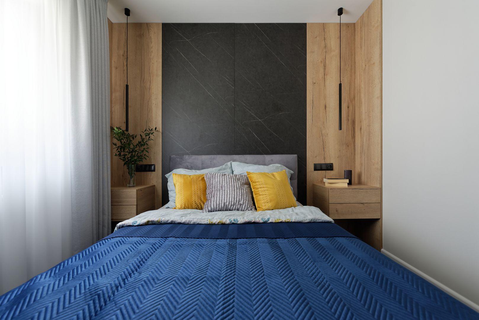 Sypialnia urządzona jest bardzo przytulnie. Projekt: pracownia M-Studio. Fot. Radek Słowik
