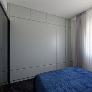 W sypialni znajduje się duża, pojemna szafa zapewniająca dużo miejsca na przechowywanie. Projekt: pracownia M-Studio. Fot. Radek Słowik