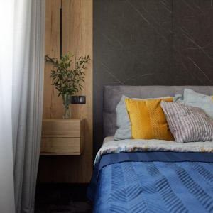 Czerń i drewno nadają przestrzeni eleganckiego charakteru. Projekt: pracownia M-Studio. Fot. Radek Słowik