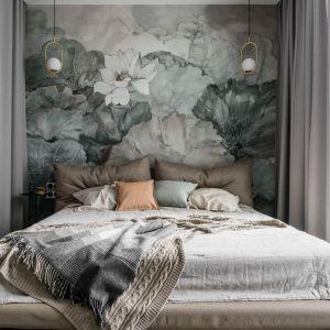Tapeta za łóżkiem swoją kolorystyką nawiązuje do morskiej palety barw i zieleni. Projekt: Magdalena Bielicka, Maria Zrzelska-Pawlak. Fot. Fotomohito