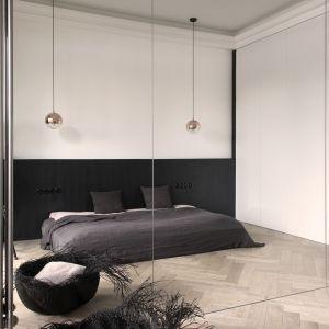 W sypialni znajduje się lustrzana pojemna szafa. Projekt: Aga Kobus i Grzegorz Goworek, Studio. O