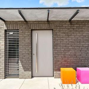 Takę drzwi i okna zaplanowano w tym domu pod kątem jego energooszczędności. Dom Zerokosztowy. Projekt: Eureka Architekci. Zdjęcia: Tomasz Łapiński