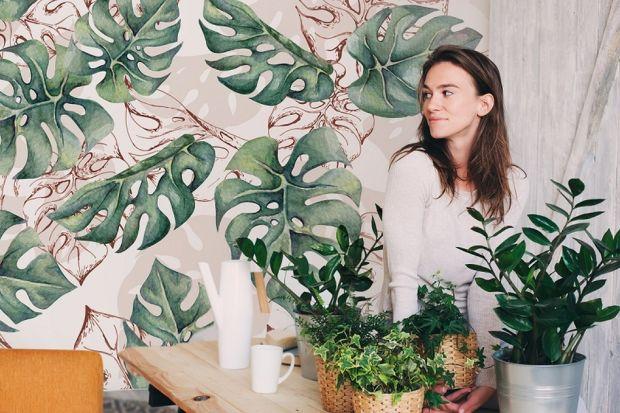 Rośliny to absolutny must-have aranżacji w stylu urban jungle. Wdzięcznie zdobią domowe wnętrza, wypełniając je naturalnością i lekkością, a przy tym świetnie odnajdują się praktycznie w każdej kolorystyce ścian. Im jest ich więcej, tym l