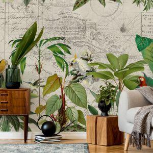 Ta tapeta łączy styl jungle z modnym podróżniczym wzorem. To świetny pomysł chociażby do pokoju nastolatka. Projekt: Andrea Haase dla Wallsaucecom
