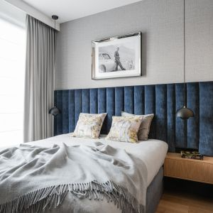 W sypialni warto zwrócić uwagę na pięknie tapicerowaną ścianę nad łóżkiem. Projekt: Joanna Kozłowska, Anna Maria Sokołowska, pracownia AM Sokołowska Architektura Wnętrz. Fot. Fotomohito