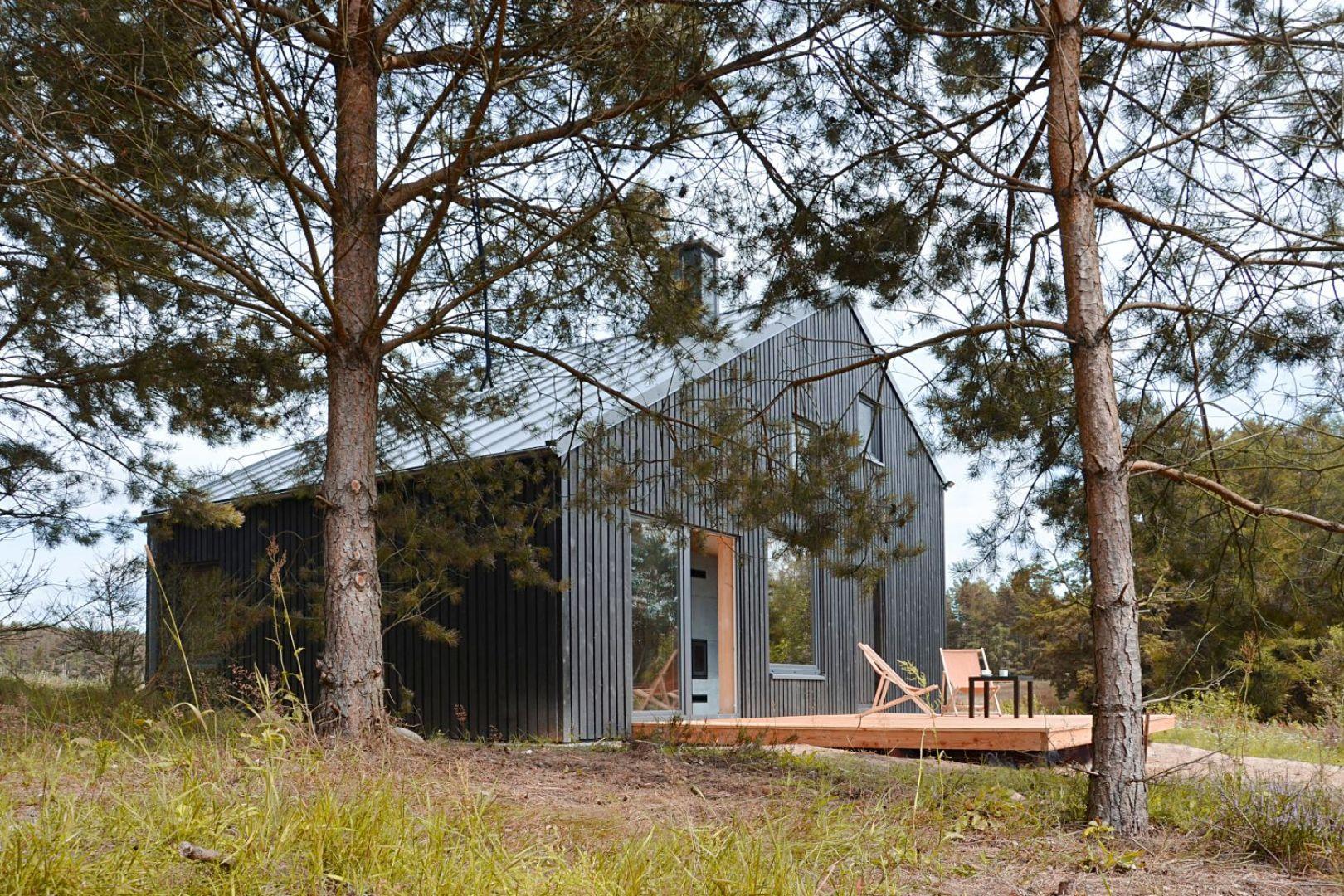 Dom został przystosowany do całorocznego użytkowaniu. Można tu więc w bliskim kontakcie z naturą odpoczywać o każdej porze roku. Projekt i zdjęcia: architekt Grzegorz Layer