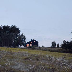 Dom został wybudowany w konstrukcji drewnianej szkieletowej. Projekt i zdjęcia: architekt Grzegorz Layer