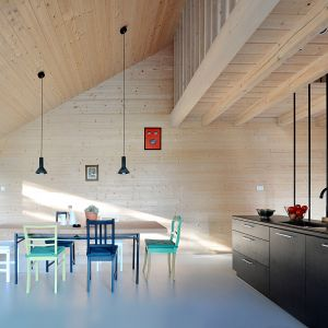 Dla kontrastu czarnej elewacji we wnętrzach zastosowano  drewno w naturalnym kolorze. Projekt i zdjęcia: architekt Grzegorz Layer