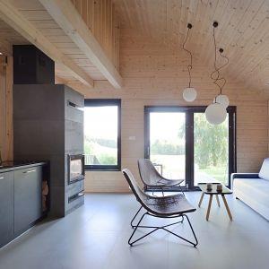 Z salon, jadalni i aneksu kuchennego mamy bezpośrednie wyjście na taras. Projekt i zdjęcia: architekt Grzegorz Layer