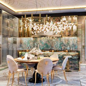 Przy stole znalazły się krzesła Soleil inspirowane słynnym na całym świecie cyrkiem. Luksusowa kuchnia w podmoskiewskiej willi. Fot. Boca do Lobo