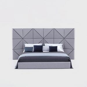 Łóżko Foe z wysokim zagłówkiem. Nowoczesny design łóżka Floe podkreślony został poprzez charakterystyczną, geometryczną formę wezgłowia, które jednocześnie jest praktycznym podparciem dla pleców np. podczas czytania. Projekt: Dorota Koziara. Od 5100 zł, Comforty