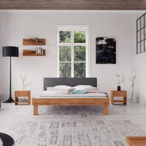 Łóżko z kolekcji Vigo, model z tapicerowanym szczytem. Dostępne w wielu gatunkach i kolorach drewna, szczyt w tkaninie lub ekoskórze. Od 1400 zł, Beds.pl