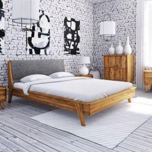 Łóżko z kolekcji Retro, z tapicerowanym szczytem. Lite drewno to materiał, który idealnie wpasowuje się w klimat dawnych lat. Co więcej, możliwość doboru koloru drewna i obicia zagłówka pozwala zaaranżować dowolne wnętrze. Od 1900 zł, Beds.pl