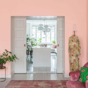 Pastelowy kolor ścian (na zdjęciu kolor Magnolia) to świetne tło dla naturalnych roślin i wzorów botanicznych. Tikkurila