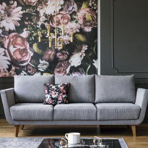 Przeskalowane kwiatowe wzory na ścianie będą świetnie współgrać z roślinami w wersji XXL. A np. głęboko matowa szara ściana  gustownie zwieńczy wystrój, sprawiając że wnętrze będzie emanować wyważoną elegancją. Fot. Tikkurila