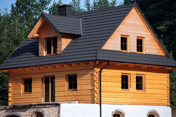 Polscy inwestorzy coraz częściej decydują się na budowę dużego domu z drewna. Nieruchomości tego typu powstają głównie na terenach wiejskich, a ich budowa to koszt średnio 362 tys. zł.