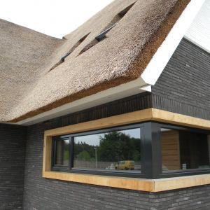 Famosa Long w odcieniach brązu i szarości sprawdzi się szczególnie na elewacjach budynków nowoczesnych, w których smukły kształt cegieł oraz surowa kolorystyka podkreśla ich wyrazisty charakter. Fot. Wienerberger