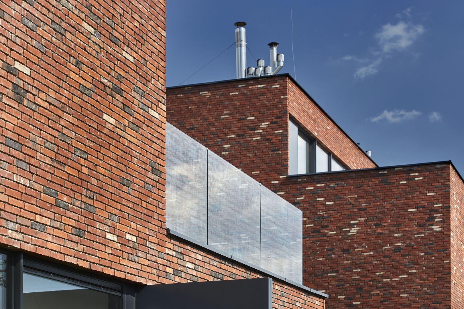 Ręcznie formowana cegła Fortuna i Fortuna Long w odcieniach zgaszonej czerwieni to idealna propozycja dla dużych, przestronnych metraży, jak również elewacji, które dzięki surowej i nieregularnej powierzchni cegły nadadzą charakteru międzywojennej zabudowy. Fot. Wienerberger