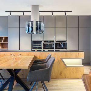 Model Kuchni 2 łączy piękno surowego drewna, metal i szkło. Industrialny wygląd podkreśla klimatyczny charakter otwartej strefy dziennej. Meble dostępne w A&K Kuchnie. Fot. A&K Kuchnie