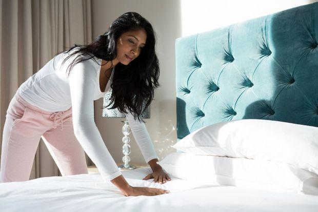 Chociaż dzisiaj ich gabaryty kojarzą się przede wszystkim z wygodą i komfortem, pierwotnie wysokość posłania miała zapewniać śpiącemu bezpieczeństwo i higieniczne warunki odpoczynku.Czy łóżka kontynentalne sprawdzą się w niewielkich pom