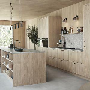 Meble drewniane Wood-ek. W tej kuchni zdecydowano się użyć drewna dębowego na ścianach oraz na frontach. Dostępne w ofercie firmy Ballingslov. Fot. Ballingslov
