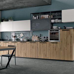 Meble do kuchni z programu Oltre / Bridge 13 łączące biel, drewno i kolor. Dostępne w ofercie firmy Lube Cucine. Fot. Lube Cucine