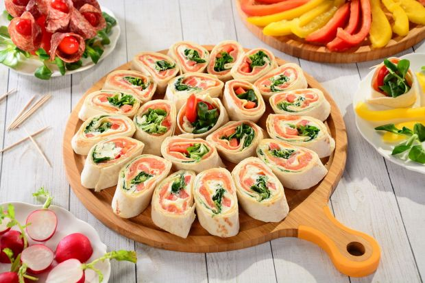 Przygotowując menu na piknik, powinniśmy sięgnąć po przepisy na dania, które łatwo będzie można zjeść poza domem – najlepiej w kilku gryzach, bez użycia sztućców. Dziś polecamy kilka sprawdzonych przepisów.