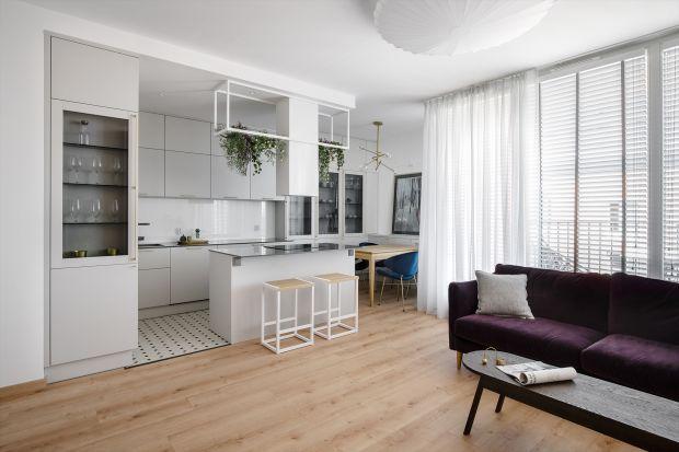 To nieduże mieszkanie znajduje się w samym centrum Gdańska. Na powierzchni 50 metrów kwadratowych mamy wygodny salonu z aneksem kuchennym, sypialnię oraz łazienkę. Jest tu też balkon ze wspaniałym widokiem na Stare Miasto.<br /><br /&g
