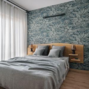 W sypialni znajduje się duże łóżko z dębowym wezgłowiem. Projekt: Monika Wierzba-Krygiel. Fot. Hania Połczyńska