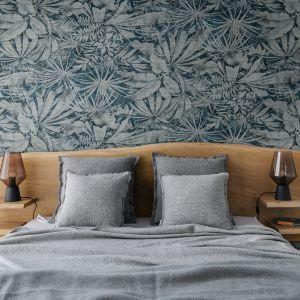 Ścianę za łóżkiem w sypialni zdobi piękna tapet. Na jej tle doskonale prezentuje się drewniany zagłówek. Projekt: Monika Wierzba-Krygiel. Fot. Hania Połczyńska