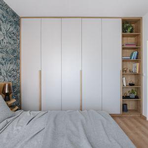 W sypialnie nie zabrakło także bardzo pojemnej szafy z regałem. Projekt: Monika Wierzba-Krygiel. Fot. Hania Połczyńska