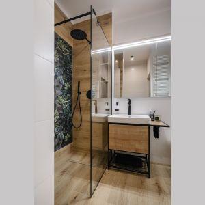 Mimo niewielkiego metrażu łazienka jest bardzo wygodna. Projekt: Monika Wierzba-Krygiel. Fot. Hania Połczyńska