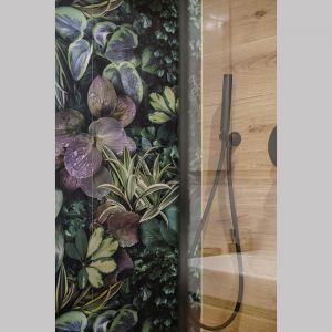Płytki z roślinnym wzorem nadają łazience charakteru. Projekt: Monika Wierzba-Krygiel. Fot. Hania Połczyńska