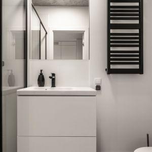 Biały kolor powiększa optycznie przestrzeń łazienki. Mikroapartament pokazowy we Wrocławiu o powierzchni 18,5 m2. fot. BY MADE