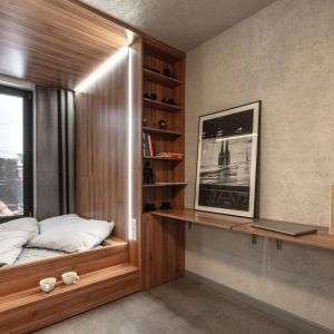 W mikroapartamencie przeważają naturalne materiały takie jak drewno i beton oraz dominują klasyczne kolory: brązowy, szary, biały i czarny.  pokazowy we Wrocławiu o powierzchni 18,5 m2. fot. BY MADE