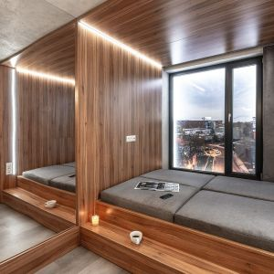 Dużą rolę w strefie dziennej odgrywają rozkładane meble: stolik, biurko z dwoma stanowiskami do pracy i łóżko, które zmienia się w kanapę.  pokazowy we Wrocławiu o powierzchni 18,5 m2. fot. BY MADE