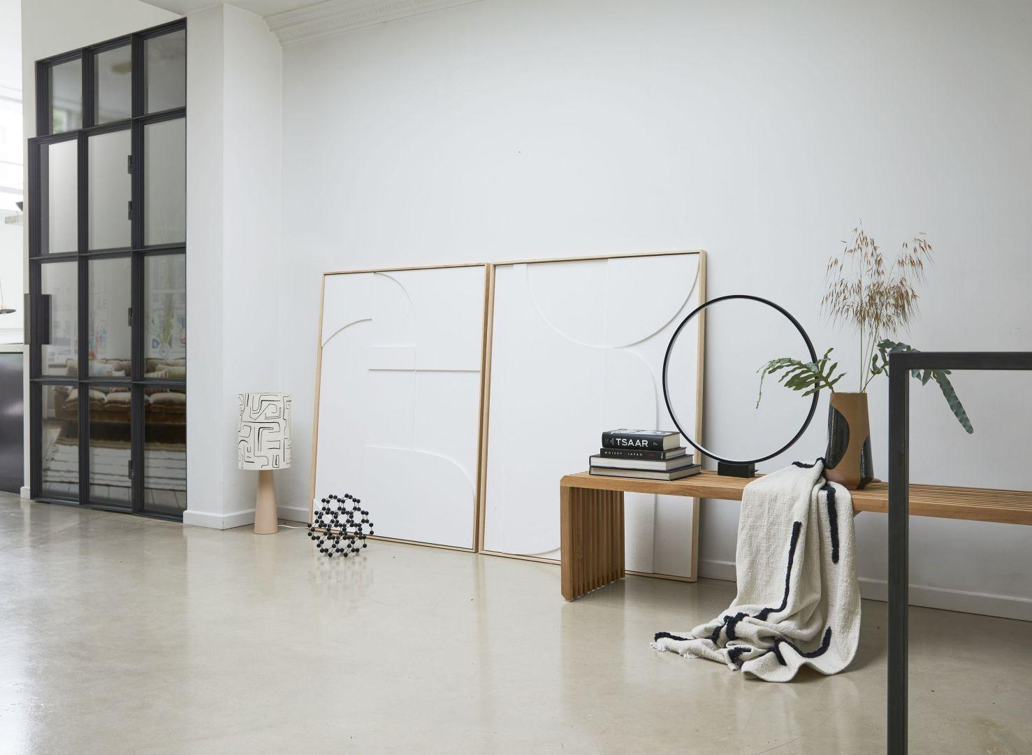 Najnowsza kolekcja mebli, lamp i dekoracyjnych dodatków marki HKliving to eklektyczna mieszanka, która zadziwia spójnością. Do wnętrza wnosi żywy, ale daleki od krzykliwości klimat oraz mnóstwo indywidualności i oryginalności. Fot. HKliving / Dutchhouse.pl