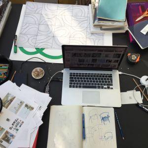 """Pomysłodawcy """"Connected"""" postawili designerom zadanie skonstruowania stołów i krzeseł, łączących ludzi. Tak nad swoim projektem pracuje Polska, Maria Jeglińska-Adamczewska. Fot. AHEC"""
