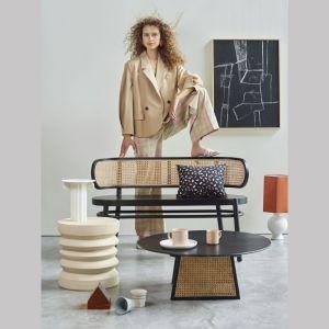 Z Azji projektanci przywieźli rattanowe i bambusowe plecionki do wyrobu foteli, frontów szafek i kloszy lamp. Fot. HKliving / Dutchhouse.pl