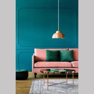 Sztukateria na ścianie potrafi sprawić, że każde wnętrze zyska elegancki sznyt. Szczególnie gdy pomalowana zostanie na głębokie kolory, jak szmaragdowa zieleń Cleopatra. Farba w tym kolorze dostępna jest w kolekcji Beckers Designer Colour. Cena: ok. 69 zł/2,5 l. Fot. Beckers