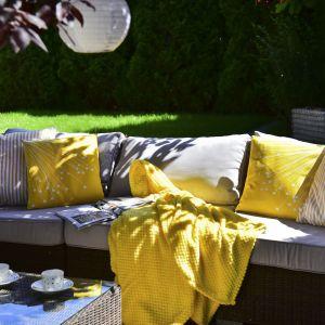 Pledy Fruits można wykorzystać je także w chwili, gdy wieczorem przebywasz w ogrodzie, na tarasie lub balkonie – otulą Cię ciepłem i miękkością. Są na tyle uniwersalne, że równie dobrze sprawdzą się, jako narzuta na łóżko. Fot. Tuckano