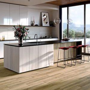 Płytki z kolekcji Avonwood beige doskonale imitujące drewno. Dostępne w ofercie firmy Cersanit. Cena: ok. 140 zł/m2 (19,8x119,8 cm). Fot. Cersanit
