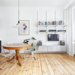 Stylizowany stół, w sąsiedztwie głębokiej czerni kuchni, wprowadził ciepło i ducha miejskich kamienic. Projekt: Katarzyna Buczkowska-Grobecka. Fot. www.fotografy.eu