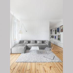 Stara drewniana podłoga w nowej odsłonie zdecydowanie określiła charakter tej przestrzeni. Projekt: Katarzyna Buczkowska-Grobecka. Fot. www.fotografy.eu