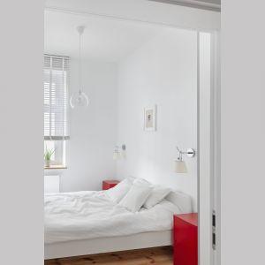 Sypialni króluje biel, którą ożywiają dodatki w czerwony kolorze. Projekt: Katarzyna Buczkowska-Grobecka. Fot. www.fotografy.eu