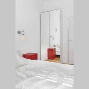 W sypialni znalazło się miejsca na pojemną szafę. Lustrzane fronty optycznie powiększają przestrzeń. Projekt: Katarzyna Buczkowska-Grobecka. Fot. www.fotografy.eu