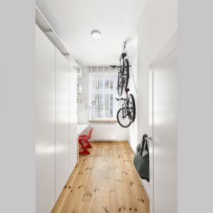 Po zmianie układu w mieszkaniu wydzielono przestrzeń na wygodny pokój do pracy. Projekt: Katarzyna Buczkowska-Grobecka. Fot. www.fotografy.eu