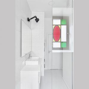 W łazience z prysznicem znajduje się najważniejszy element wnętrza – okno z witrażem, które zdecydowanie wywarło największy wpływ na cały projekt. Projekt: Katarzyna Buczkowska-Grobecka. Fot. www.fotografy.eu