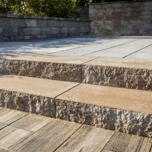 Olbrzymią zaletą budowania schodów z prefabrykatów betonowych, takich jak na przykład Polbruk Grando, są ich wymiary. Na zdjęciu: stopień Grando w kolorze latte. Fot. Polbruk