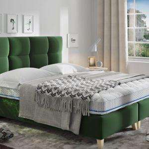 Łóżko Mona, w całości tapicerowane, W podstawie nie zastosowano płóz, dzięki czemu zarówno szerokość jak i długość całkowita jest mniejsza niż w standardowych modelach. 2240 zł, Comforteo
